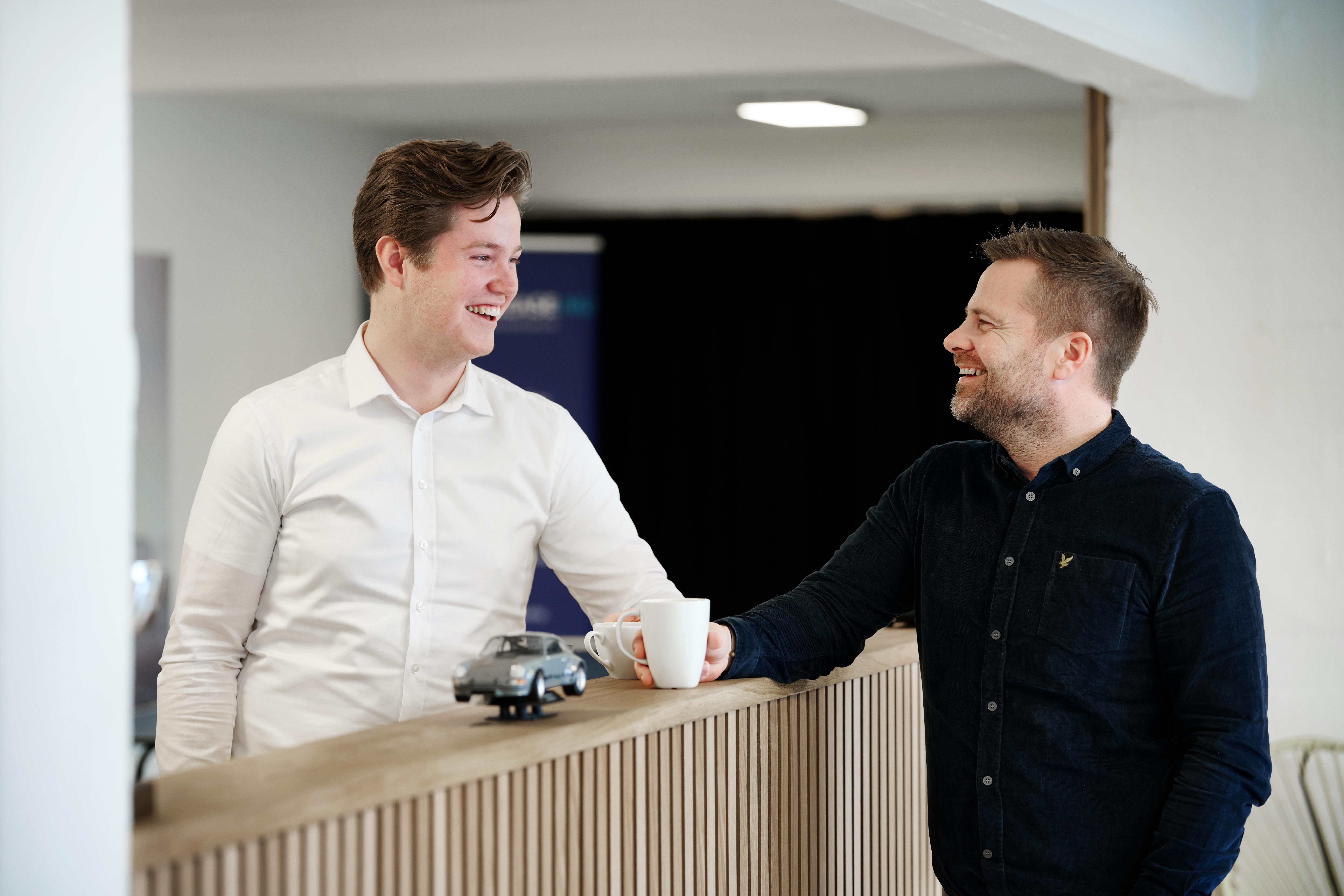 To rådgivere i Århus står og snakker