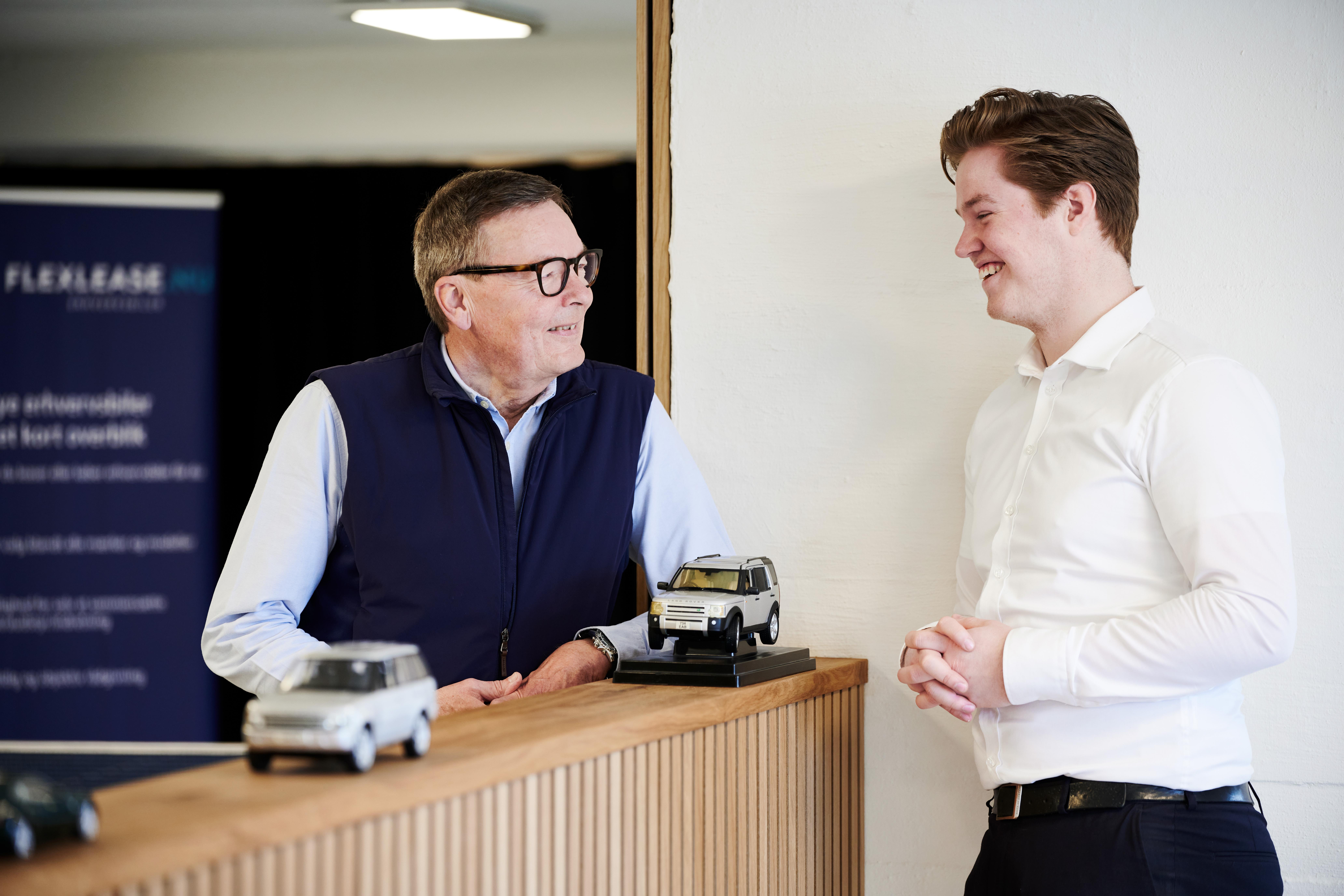 To mænd står og snakker