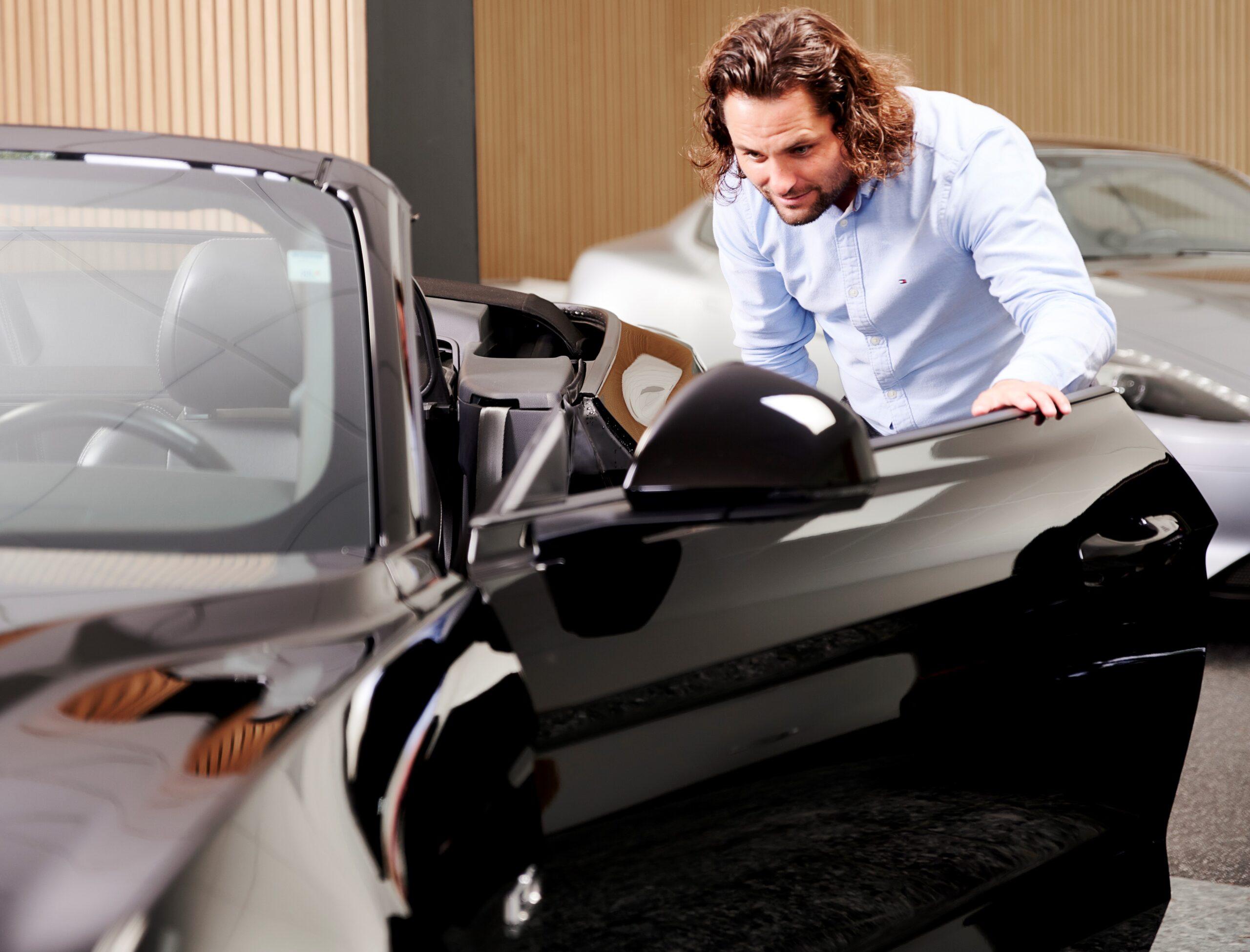 En mand kigger ind i en bil