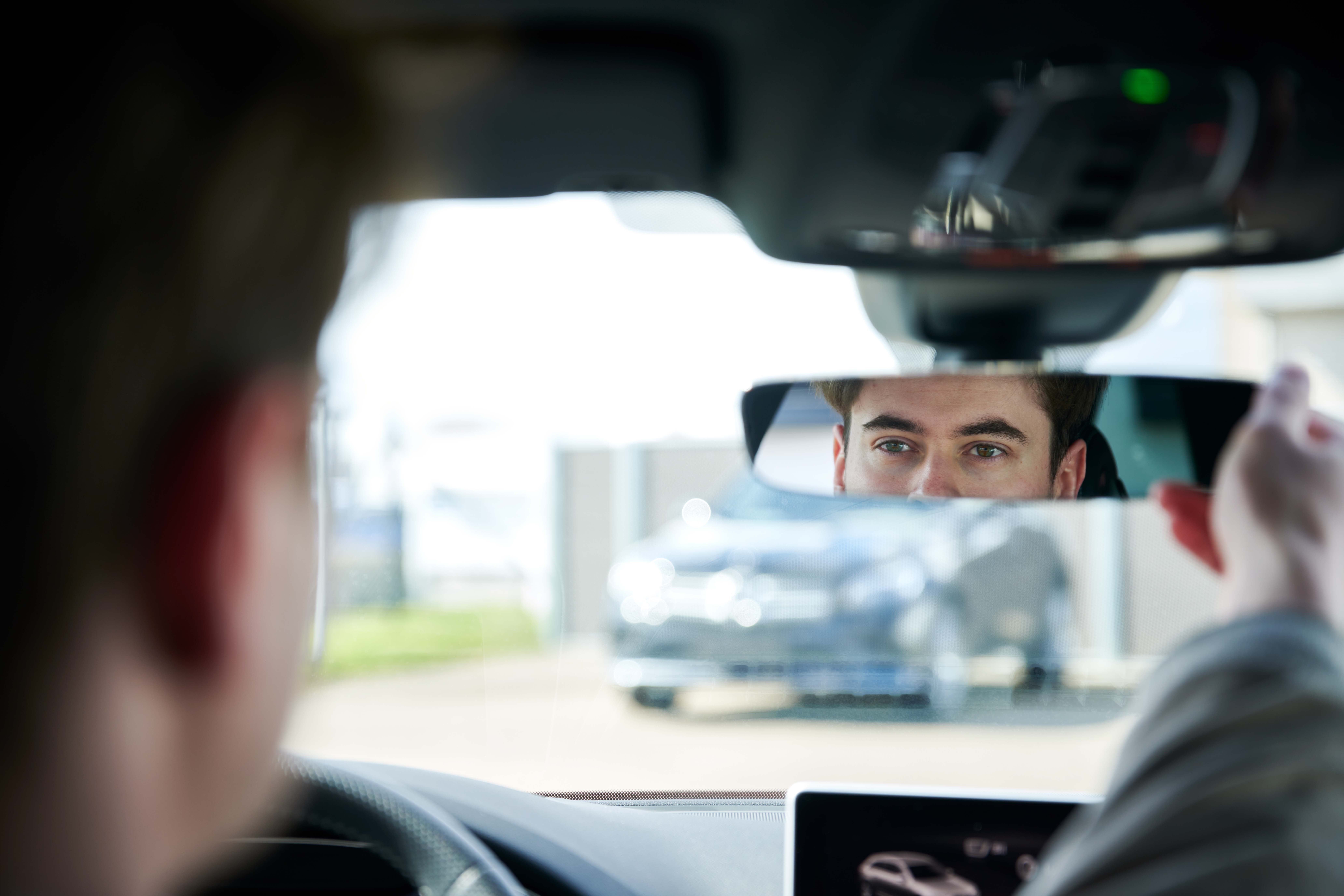 En mand der kigger i bakspejlet