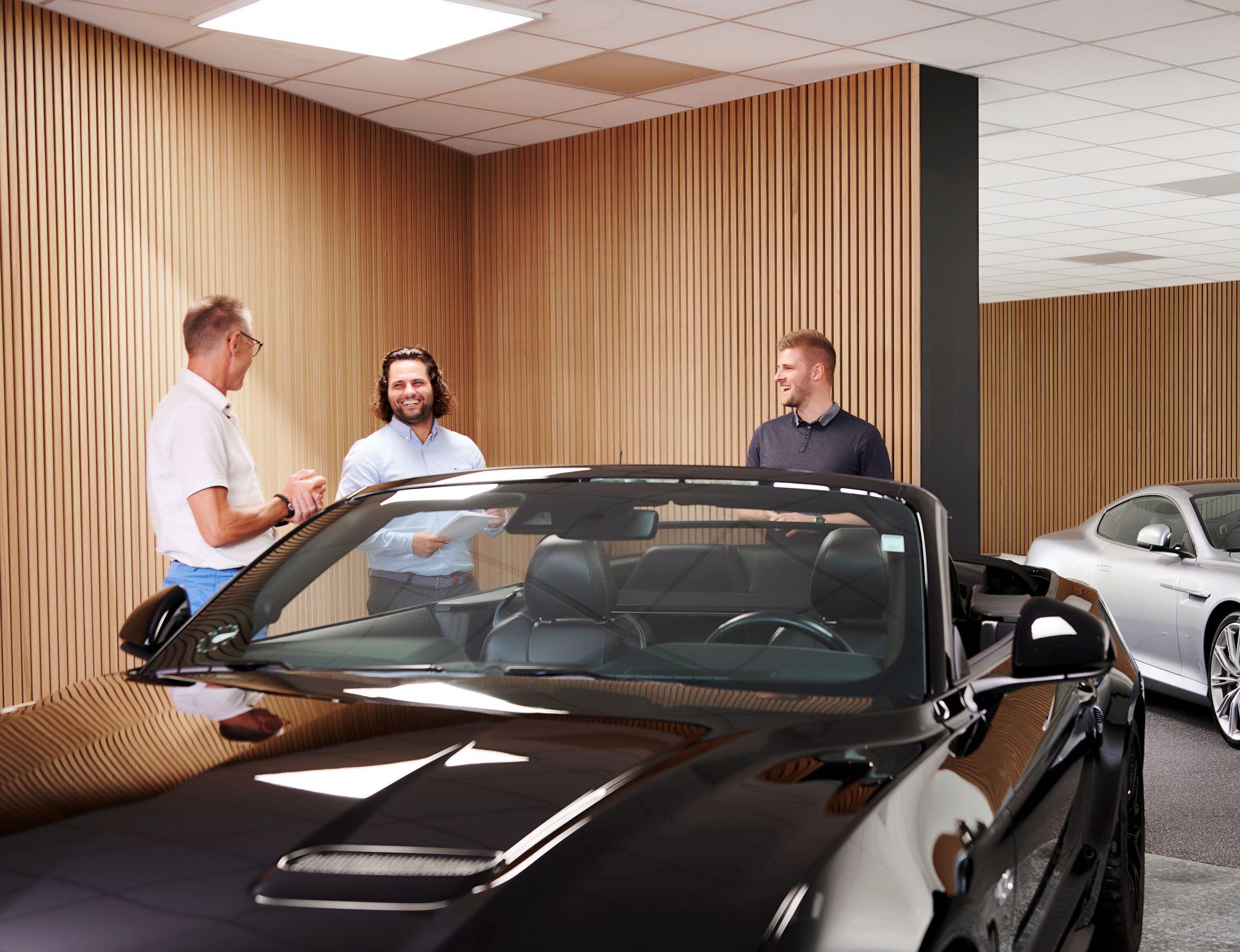 3 rådgivere står og snakker ved siden af bil