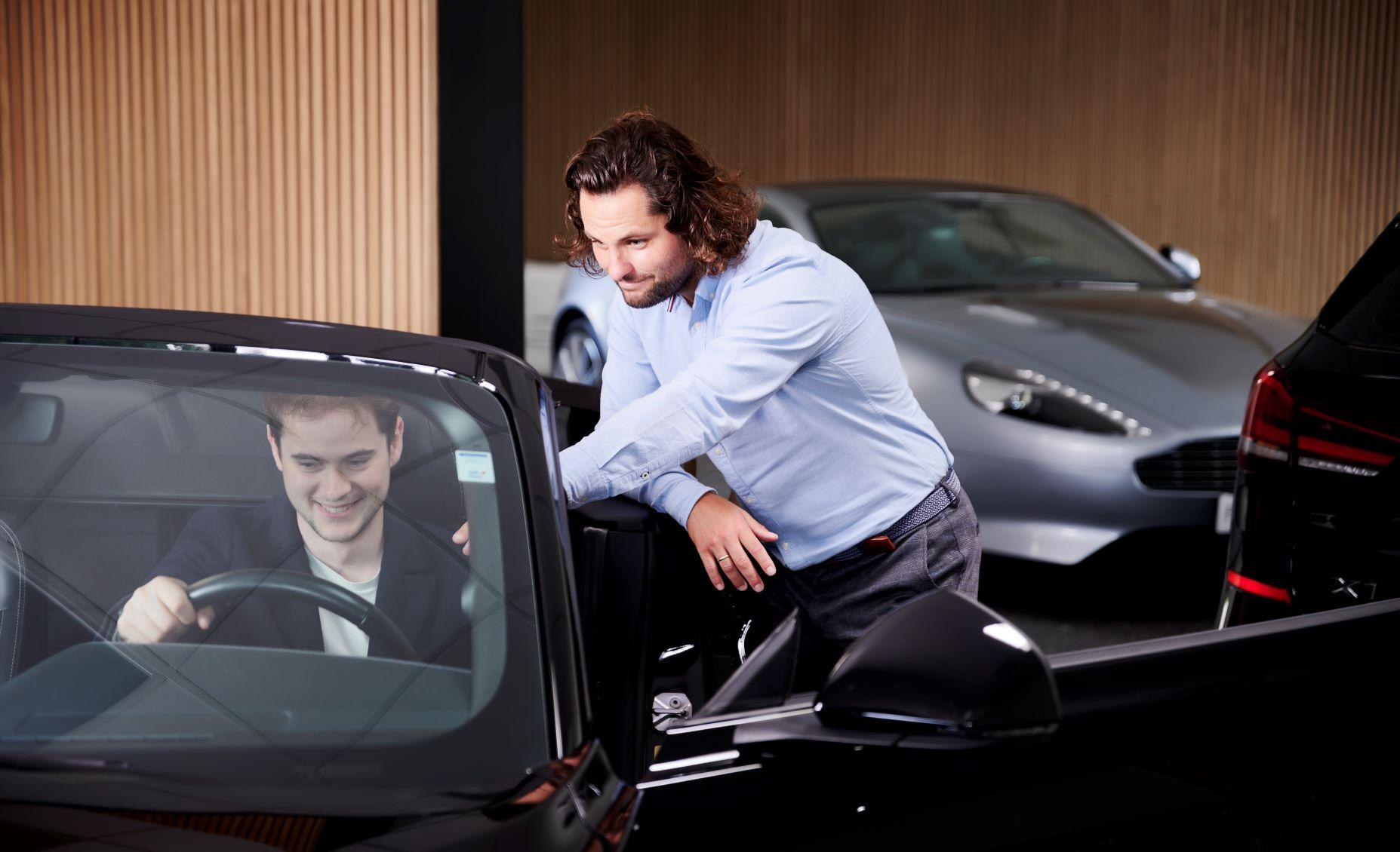 Sælger viser kunde bil og rådgiver
